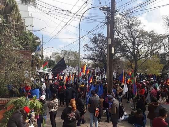 Cientos de personas protestaron en Educación