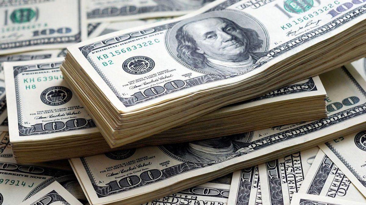El dólar opera estable