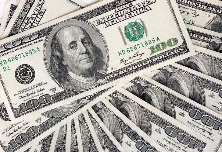 El dólar retrocede un peso en bancos del microcentro porteño