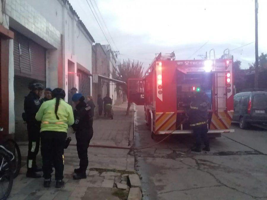 Se prendió fuego un auto en un taller mecánico