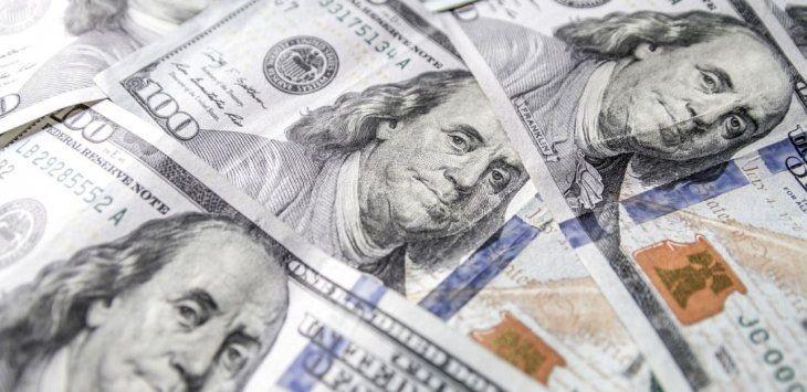 El dólar cayó otros 17 centavos y perforó los $43