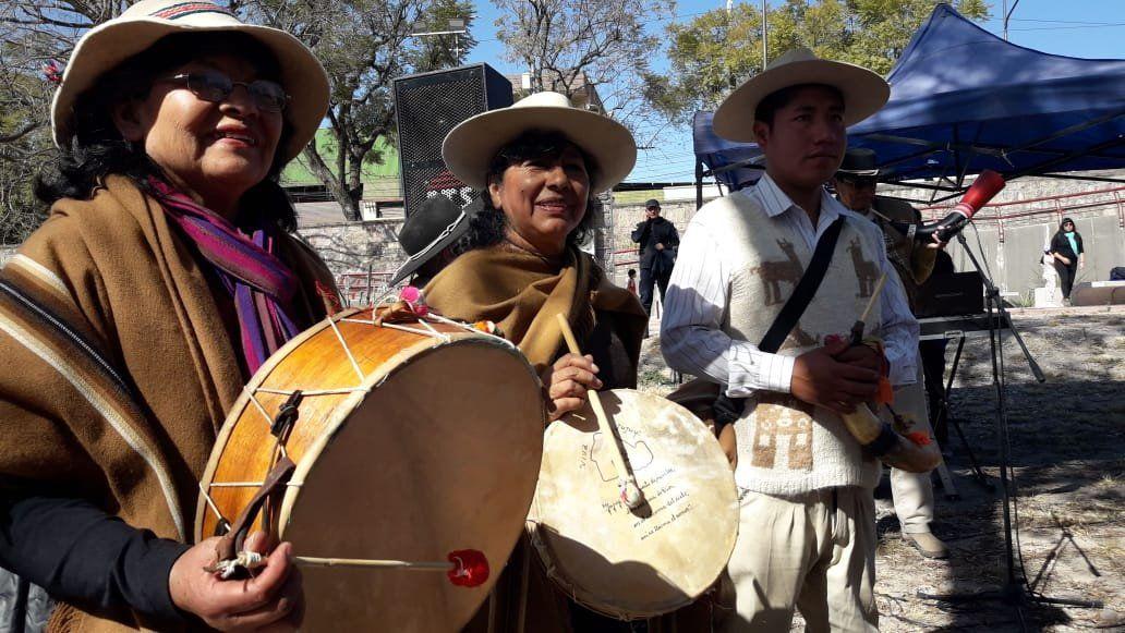 Turistas, vecinos y autoridades ofrendaron a la Pachamama en el Xibi Xibi