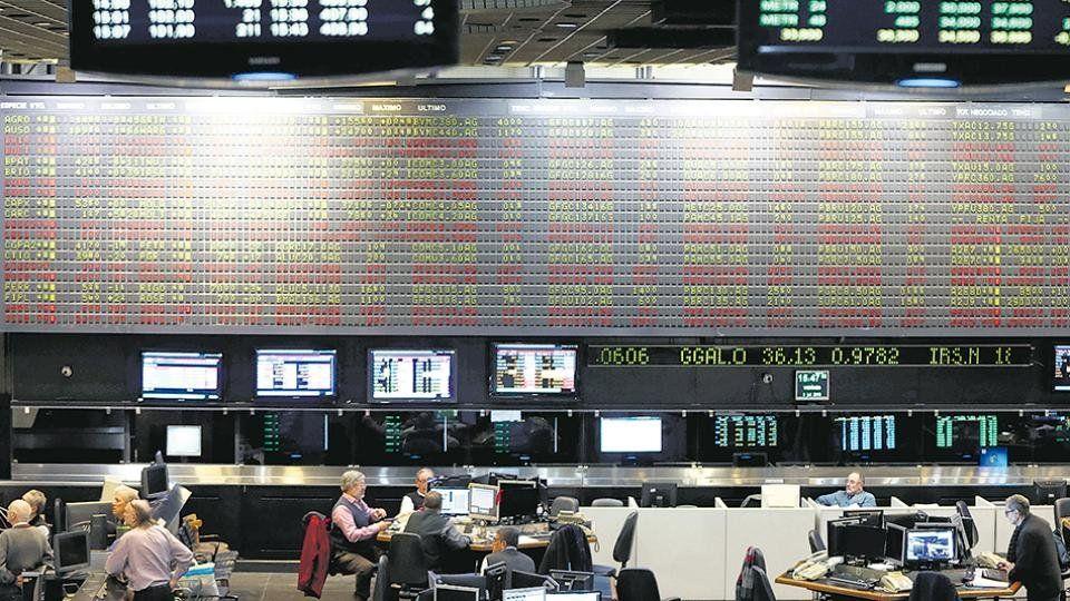 Bonos en baja y acciones con caídas de hasta 35% en la cotización previa a la apertura