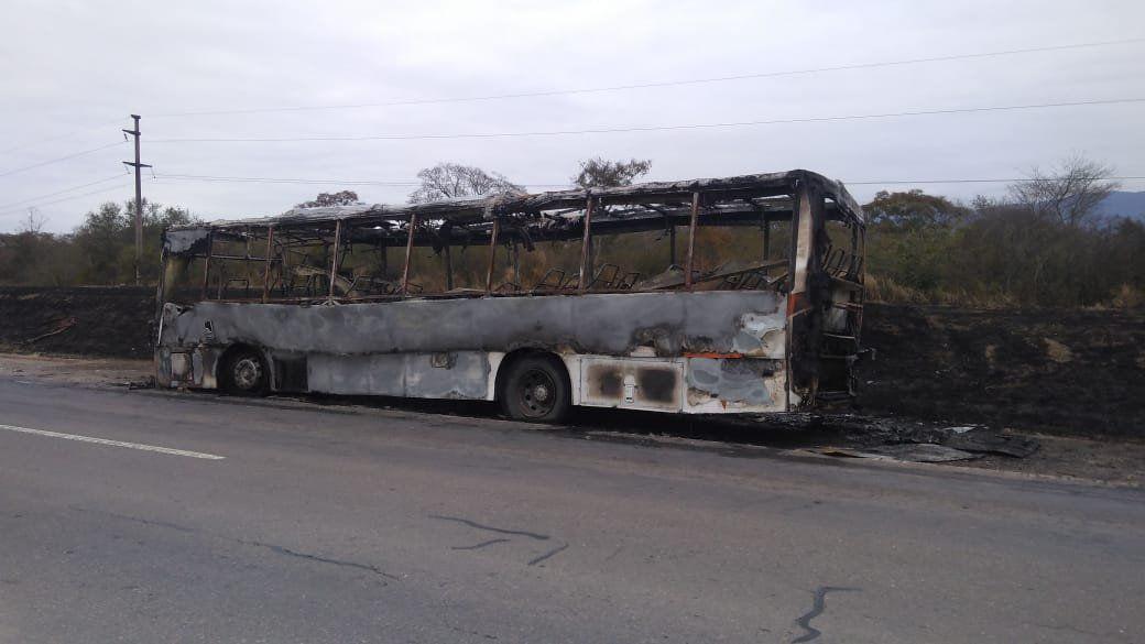 Un colectivo se incendió y generó inconvenientes en Ruta 66