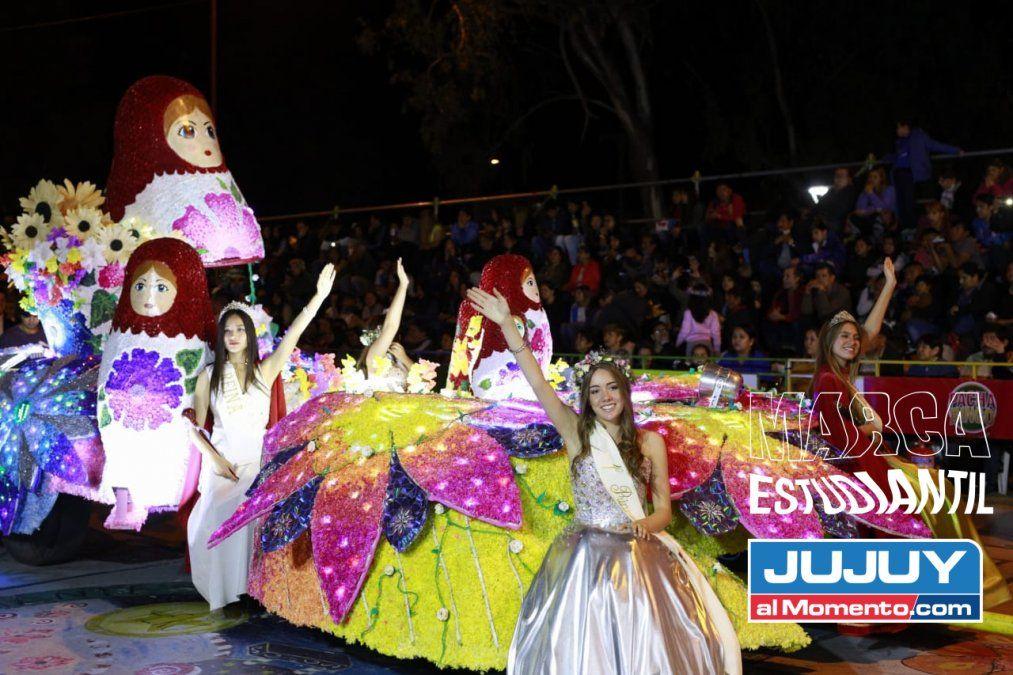 El Grupo A le dio color al primer desfile de carrozas