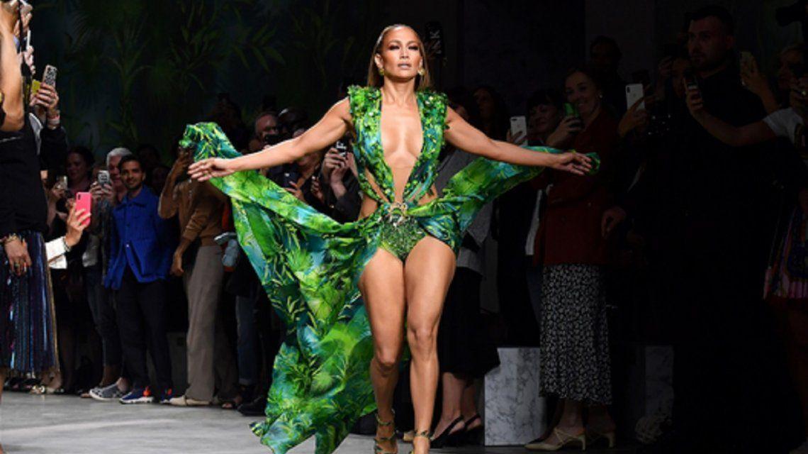 Jennifer López recreó su osado look de hace 20 años en un desfile para Versace