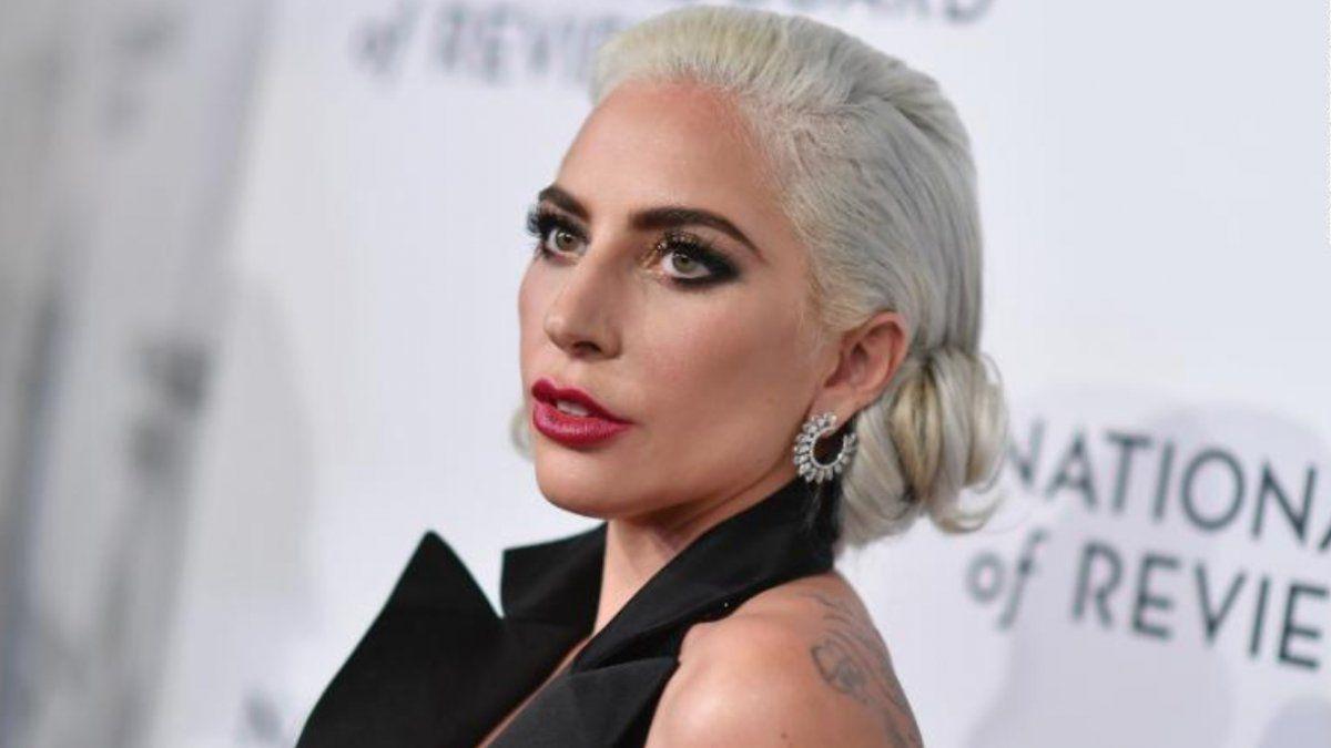 Lady Gaga se cayó del escenario mientras bailaba con un fanático