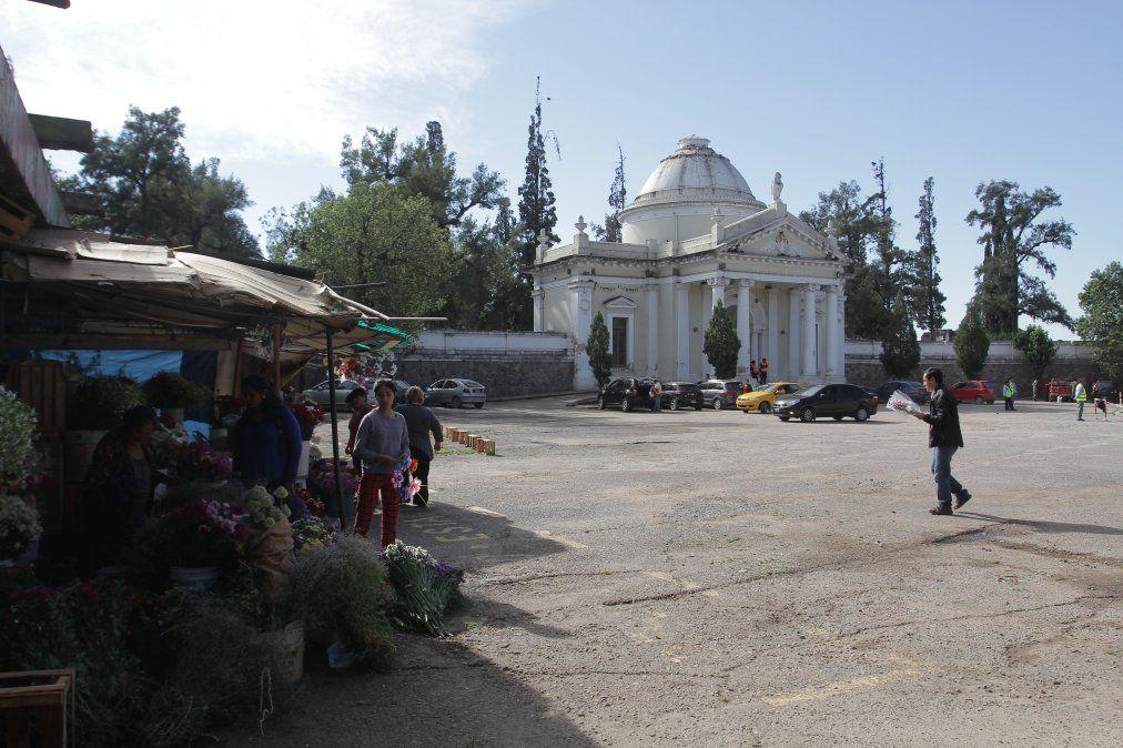Horarios de misas y cementerios este viernes y sábado
