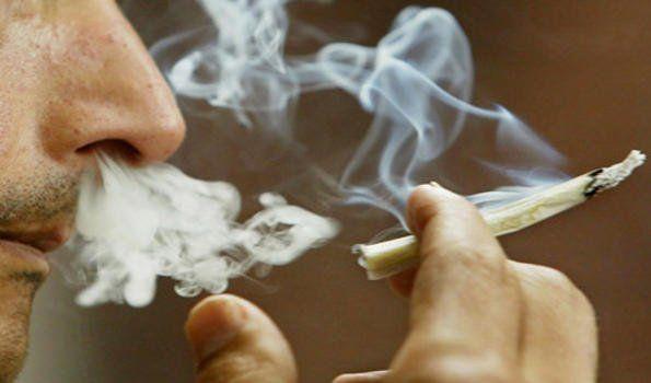 Dos jóvenes arrestados mientras fumaban marihuana