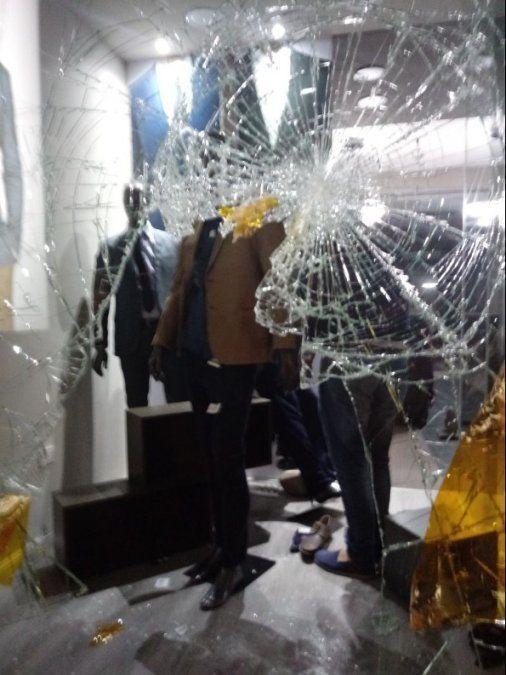Menores roban y destrozan una tienda en pleno centro