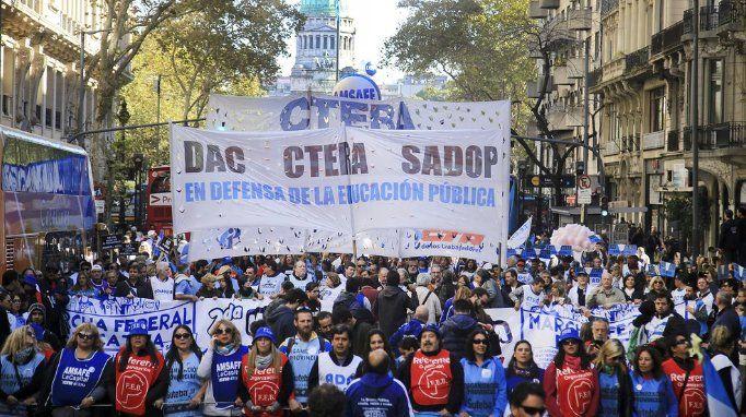 """Multitudinaria participación de docentes en la """"marcha federal"""""""