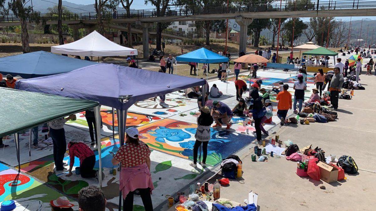 Un sol pleno acompañó la pintada estudiantil en Ciudad Cultural