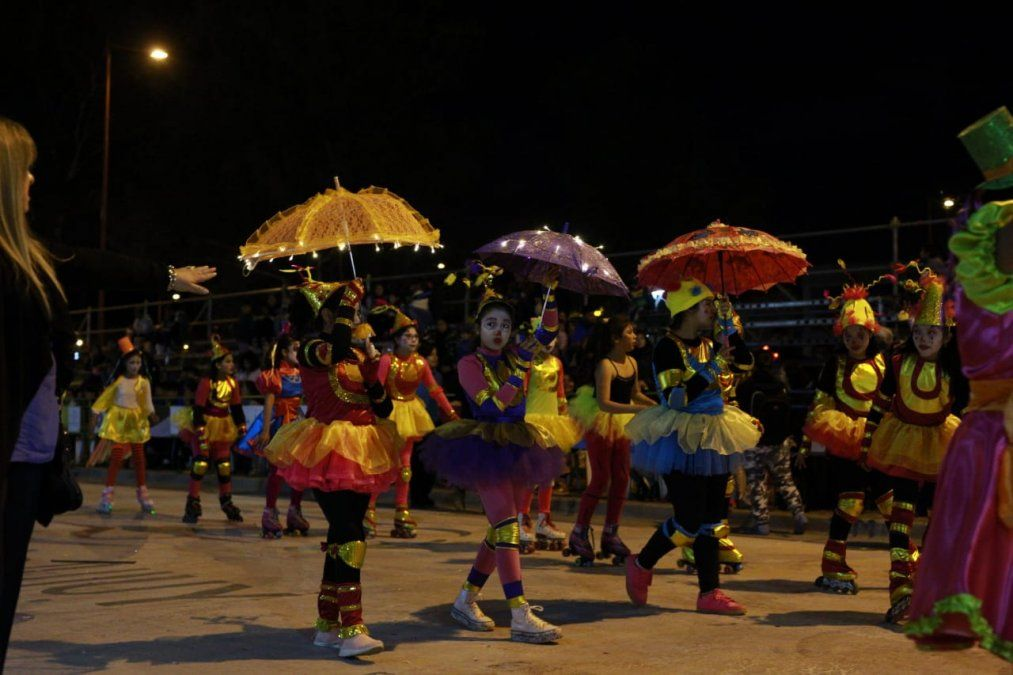 """El desfile """"Bienvenida primavera"""" abrió la Fiesta de los Estudiantes"""