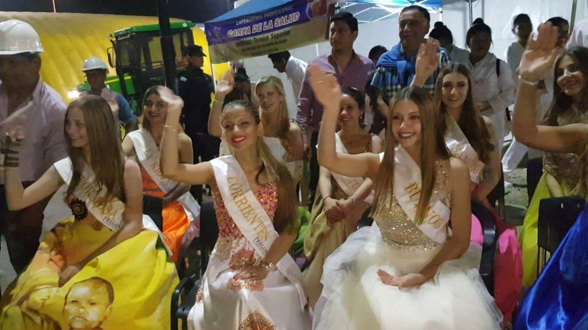 Las reinas de cada provincia desfilan en las carrozas