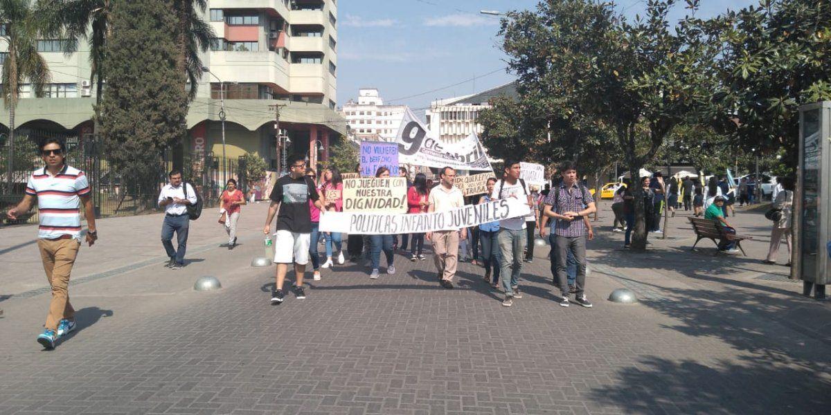 Marcharon contra los despidos en Educación