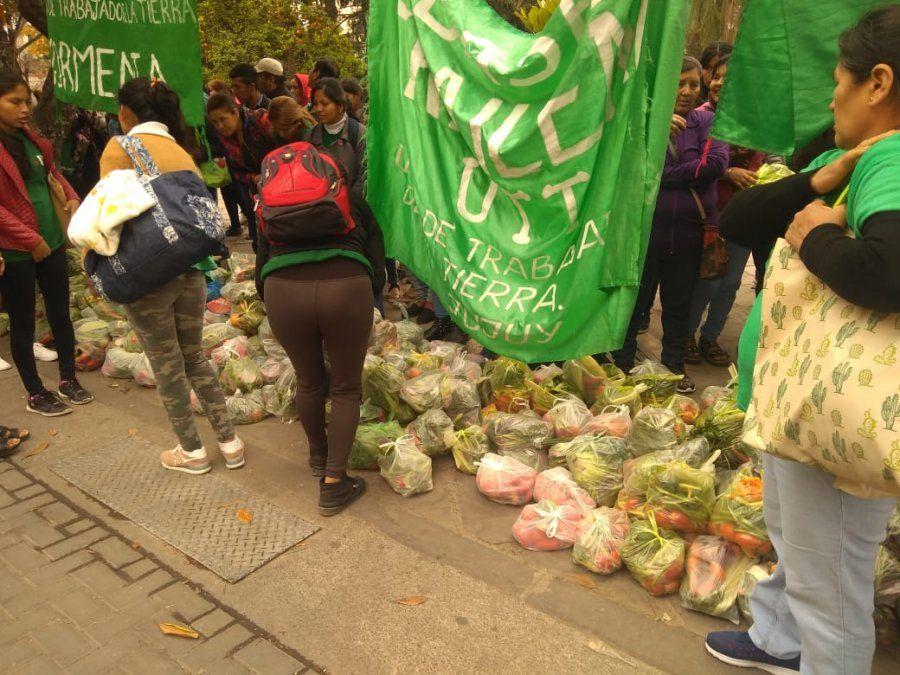 Protesta de productores: regalaron verduras frente a Casa de Gobierno