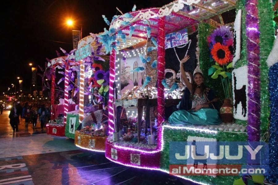 Las reinas salientes se lucieron en el desfile