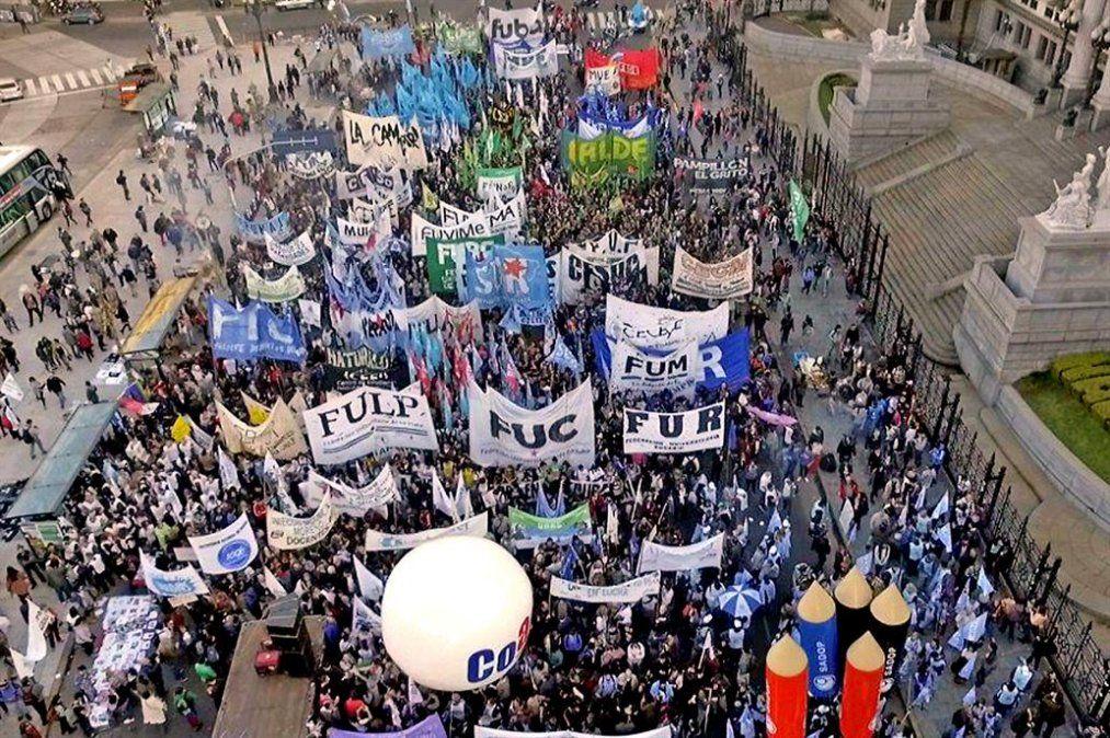 Multitudinaria marcha universitaria en Plaza de Mayo