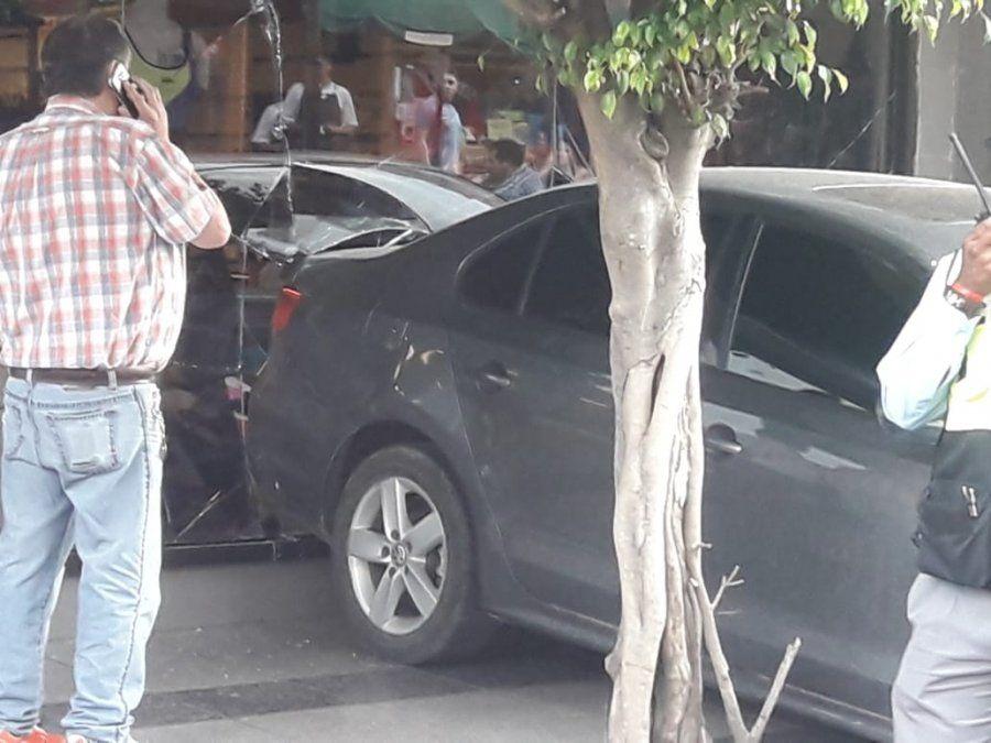 Automóvil terminó incrustado en un local de pleno centro