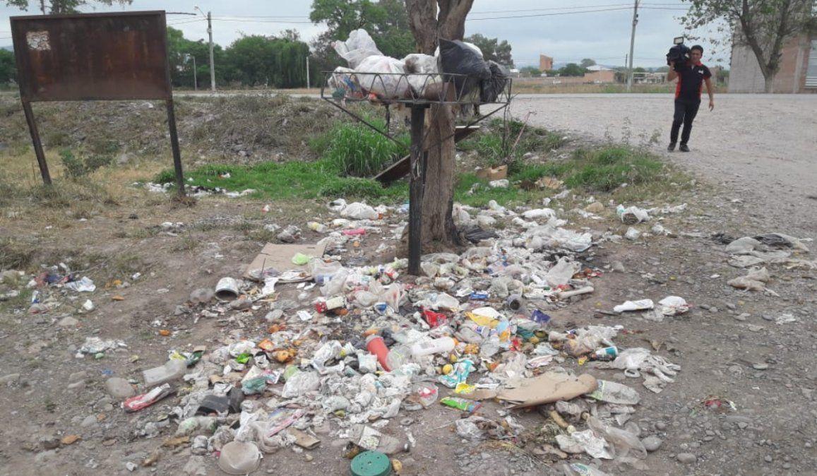 Tras cinco días de paro municipal, la basura se acumula en Monterrico