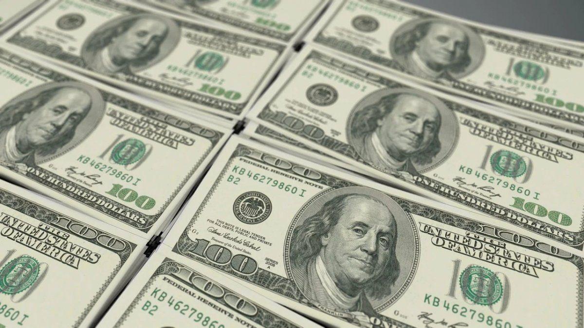 El dólar arranca la semana en baja pero encima de los $63