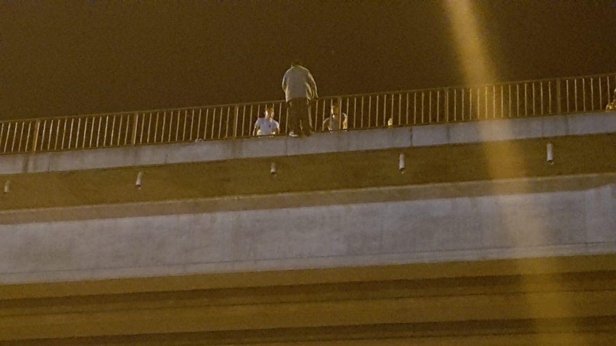 Un hombre intentó arrojarse del Puente Paraguay