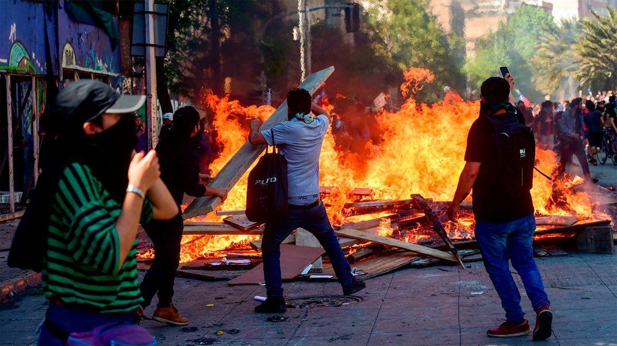 Graves incidentes en Chile: incendios y saqueos en una nueva jornada de protesta