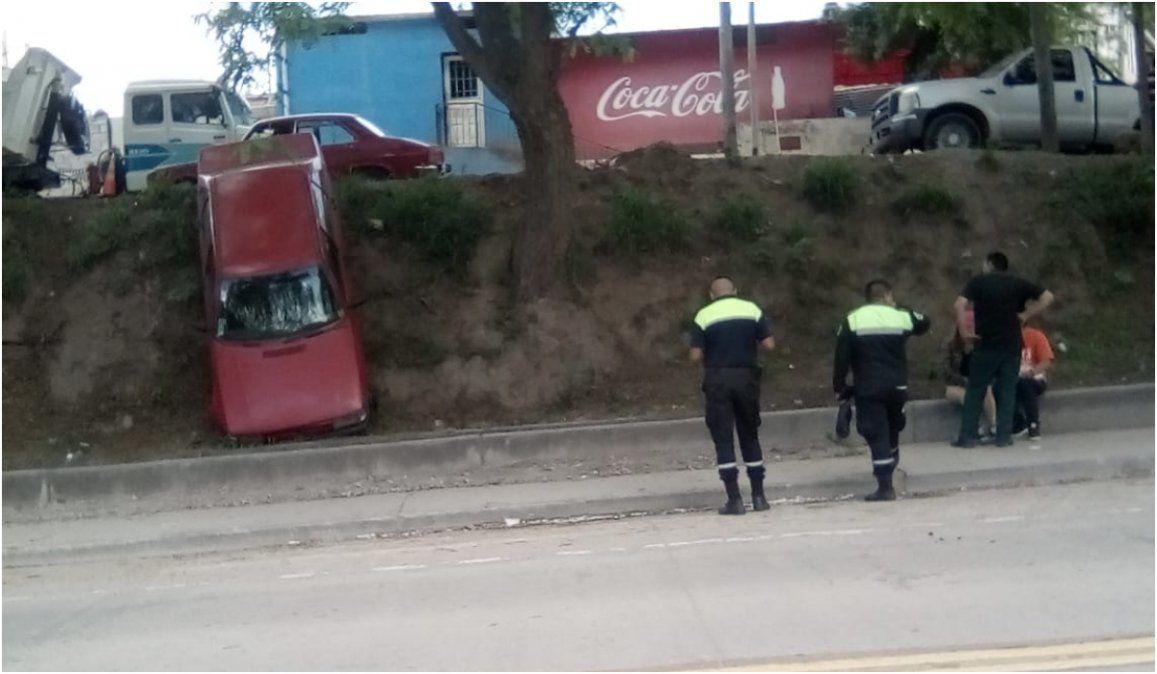 Perdieron el control de su auto y desbarrancaron