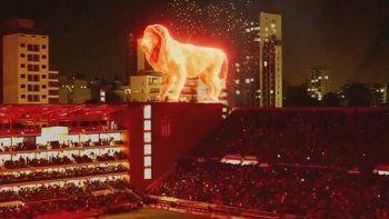 Video: el león de fuego que camina sobre la platea de Estudiantes