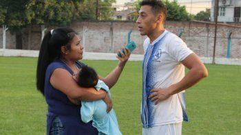 Cubrió un partido de fútbol con su bebé en brazos