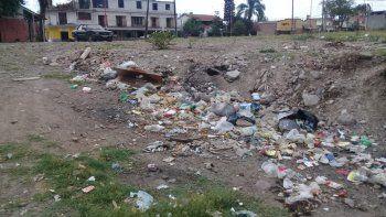 Insólito: micro basural frente a un negocio que paga una tasa de impacto ambiental