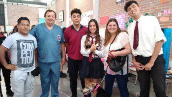 Alumnos jujeños crearon una prótesis para un perro con la pata amputada
