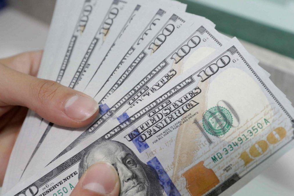 El dólar tuvo una leve baja y quedó debajo de los $63