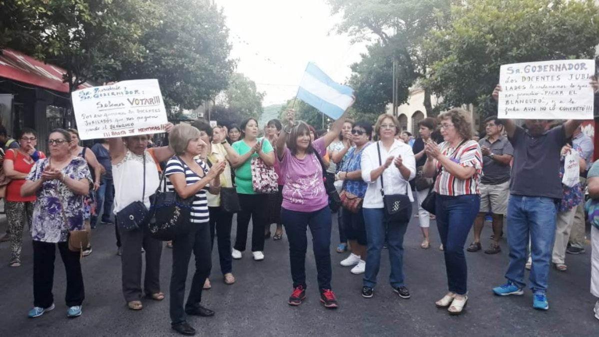 Más de cien docentes jubilados reclaman el pago del blanqueo