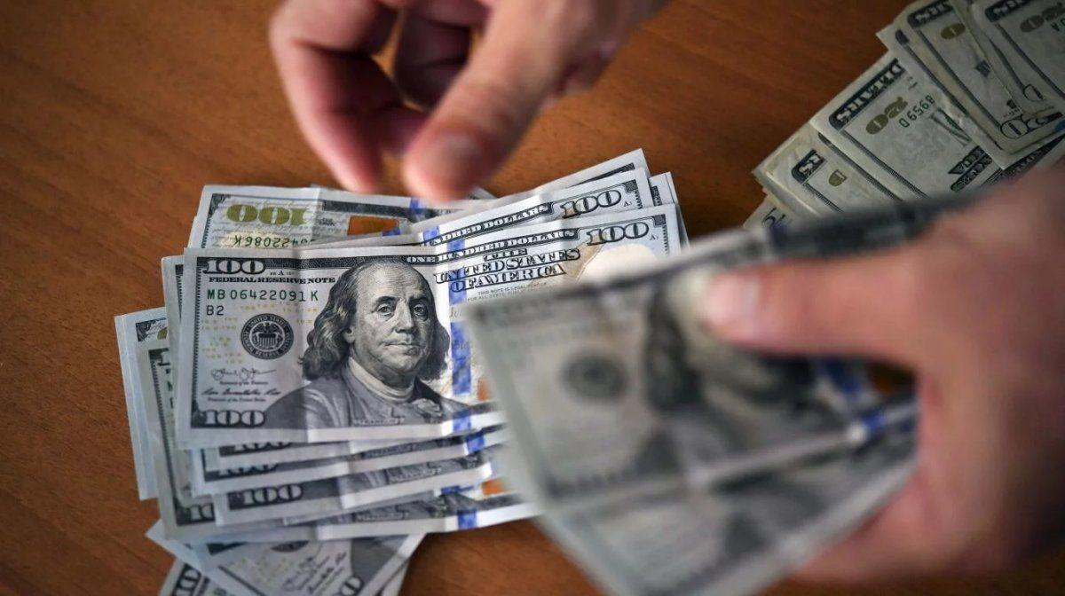 El dólar cerró estable con una mínima suba