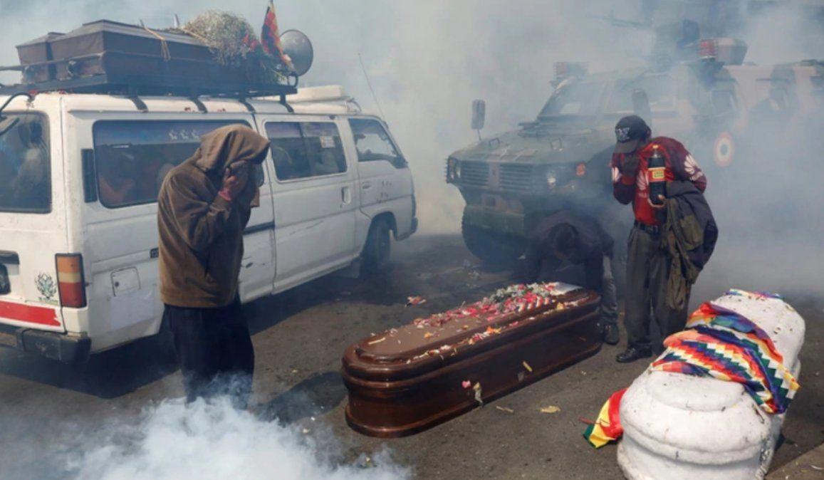 Llevaban los ataúdes de fallecidos en El Alto y fueron reprimidos por la policía