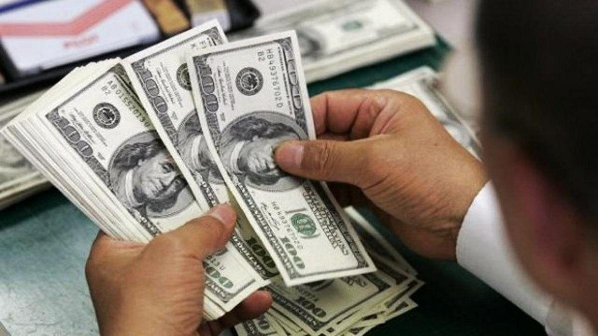 El dólar cerró casi estable a $62,91 en el comienzo de la semana