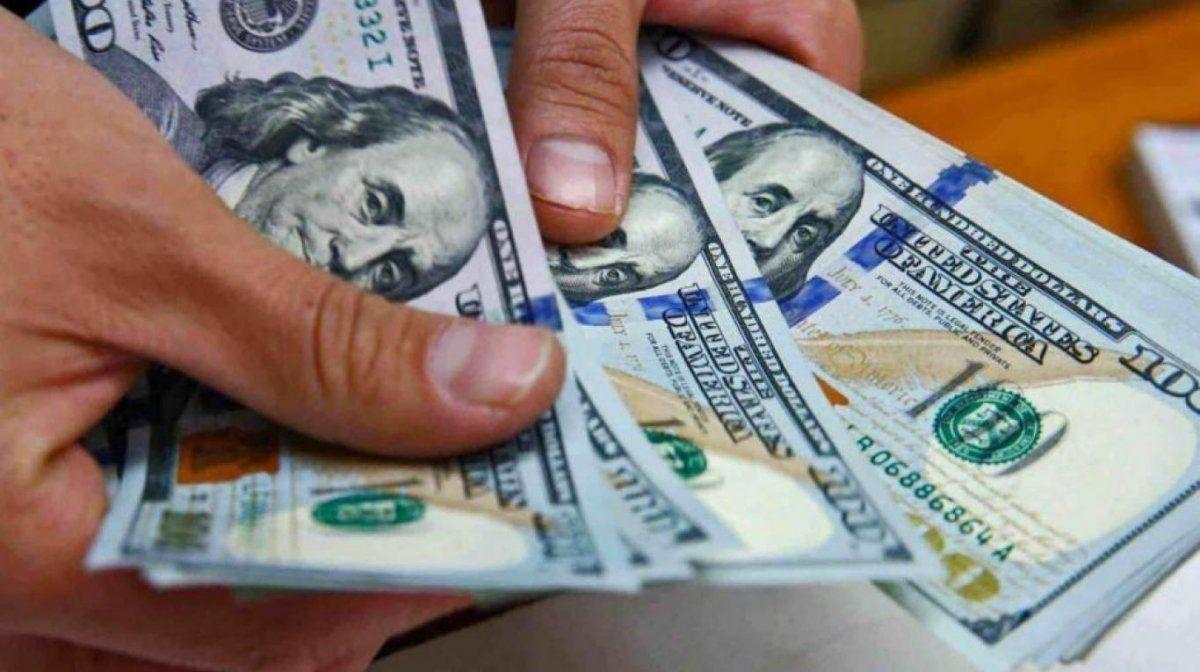 El dólar opera casi estable a $62,90
