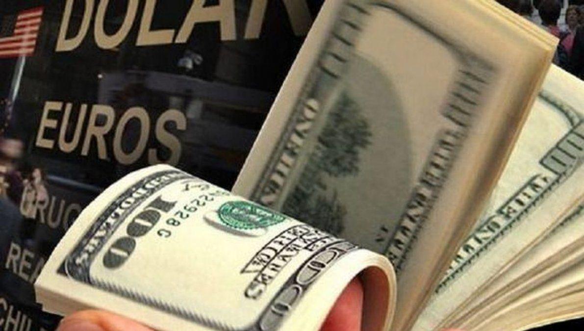 El dólar cerró a $62,90, sostenido por la intervención de bancos oficiales