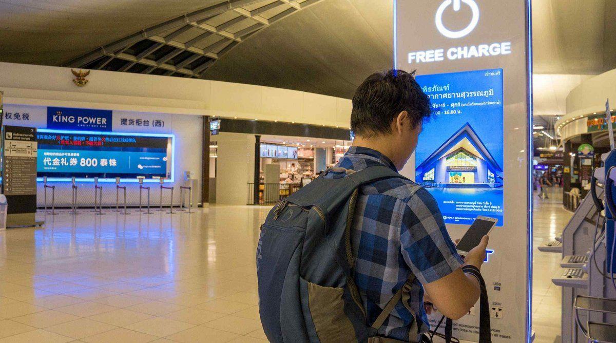 ¿Por qué es peligroso cargar el celular en los aeropuertos?