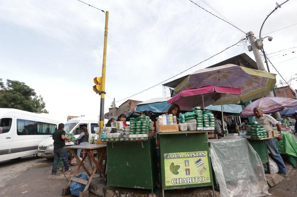 Insólita medida prohíbe a la municipalidad controlar a los vendedores ambulantes