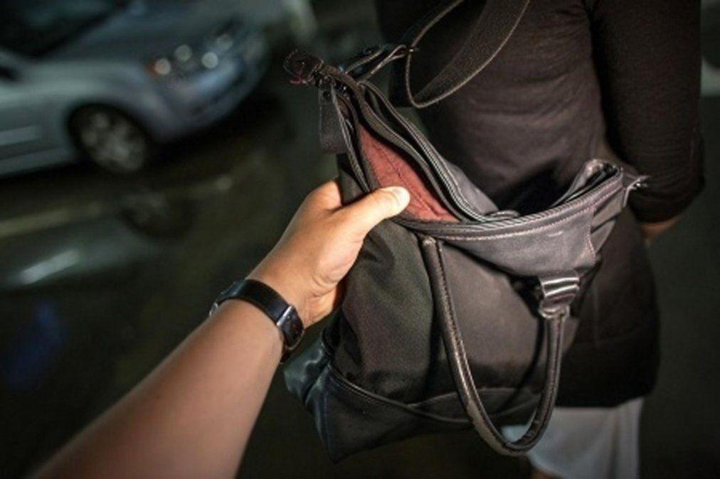 Le robó la cartera a una anciana, quiso darse a la fuga y lo atraparon los vecinos