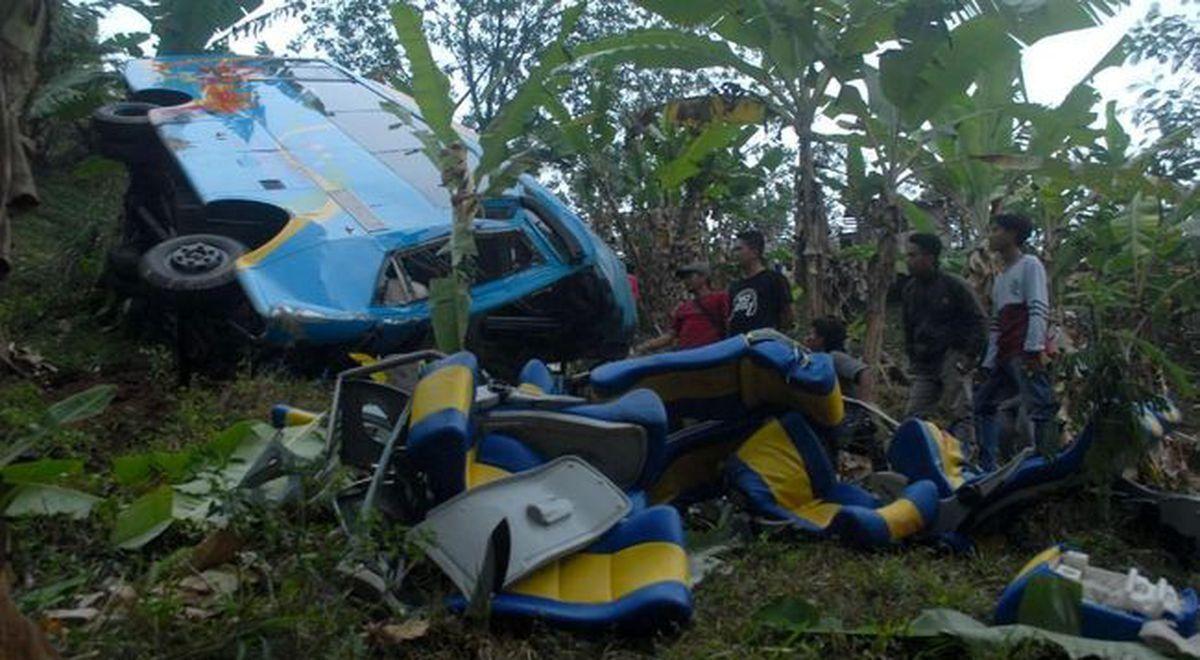 Indonesia: un autobus cayó y murieron 27 personas