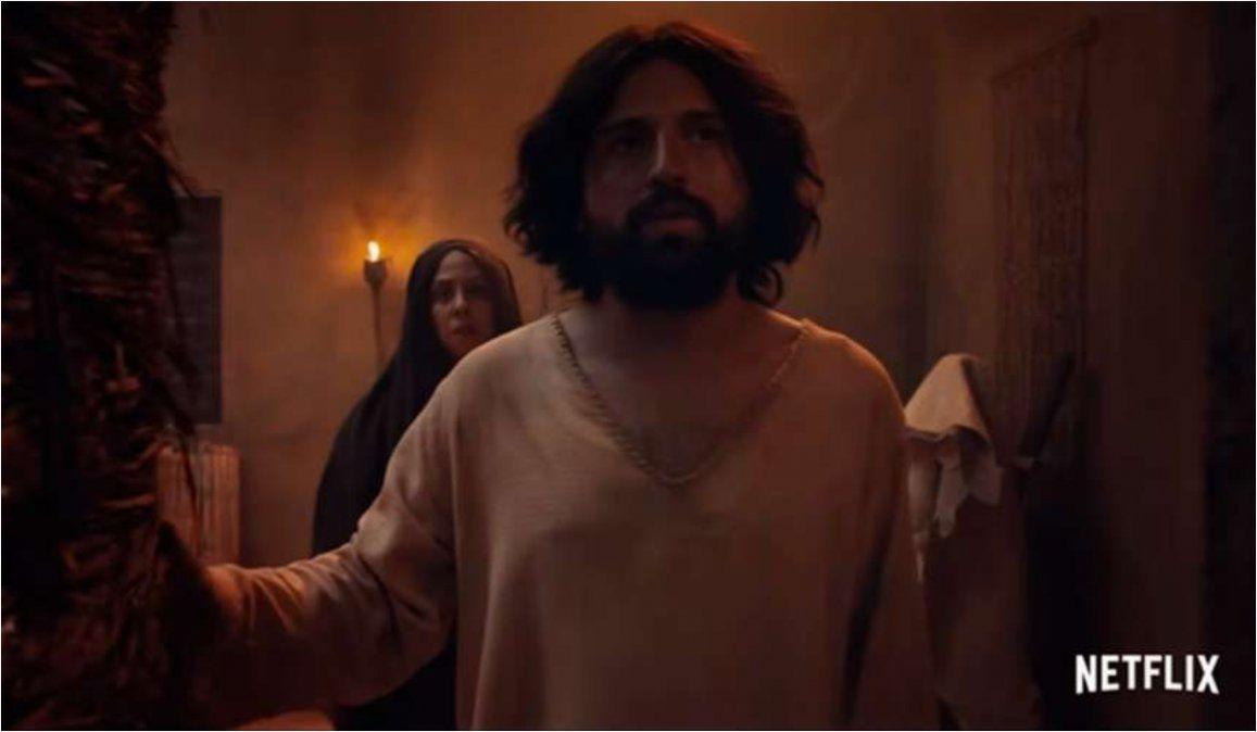 Atacaron con bombas molotov a la productora del film donde Jesús es gay
