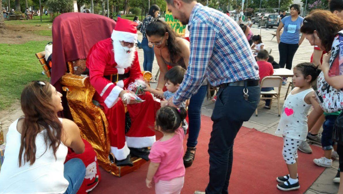 Papa Noel recibió cartitas en Plaza Belgrano
