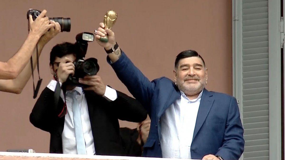 Diego besó la copa en el balcón de Casa Rosada como en el ´86