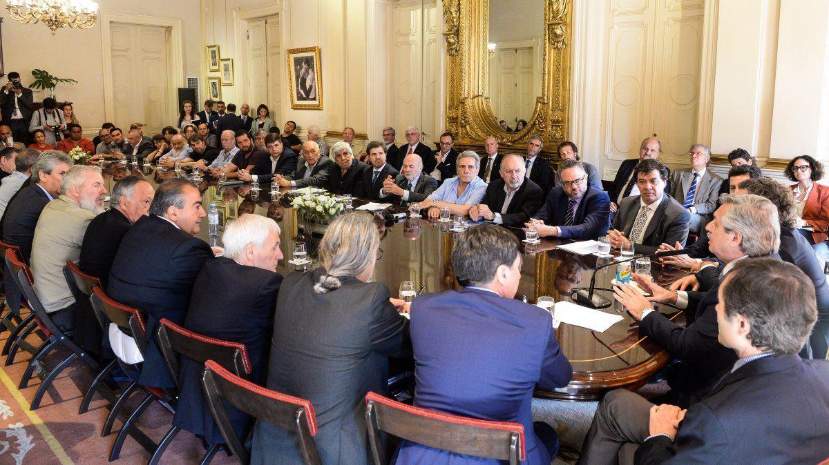 Alberto firmó el pacto social con empresarios, gremios y organizaciones sociales