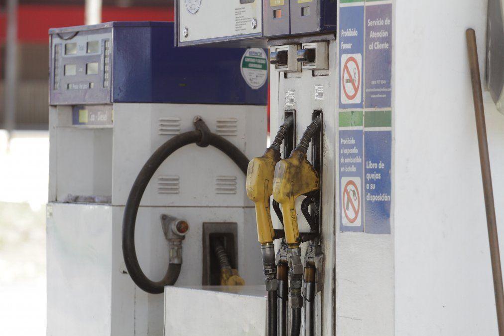 Postergan por un mes el aumento del impuesto a los combustibles