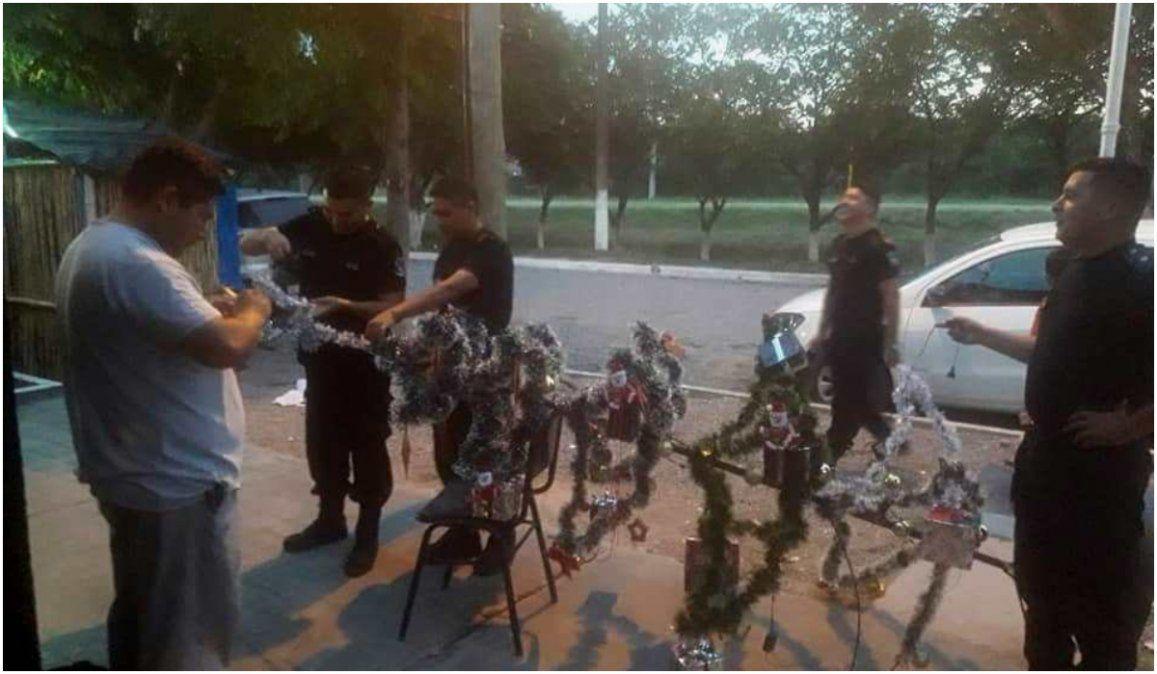 Policías armaron un pesebre en la comisaría y niños se acercaron a adorar