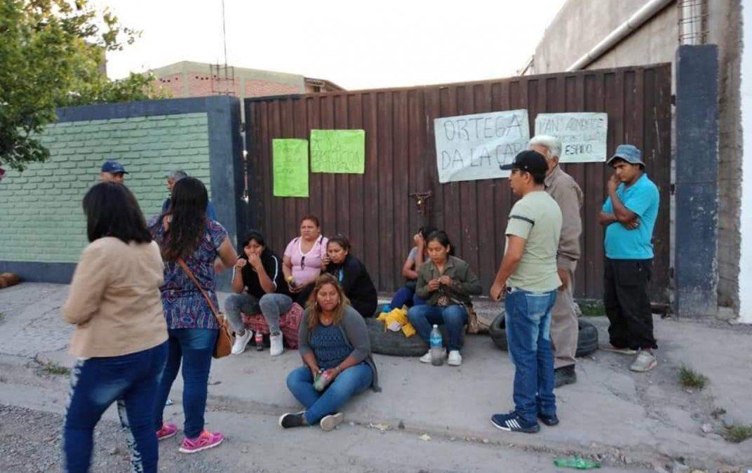 Tensión en Monterrico: Empleados municipales despedidos se encadenaron